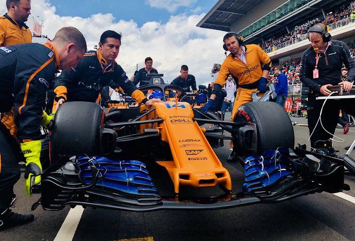 Kru tim McLaren tengah mempersiapkan mobil Fernando Alonso di GP F1 Spanyol 2018