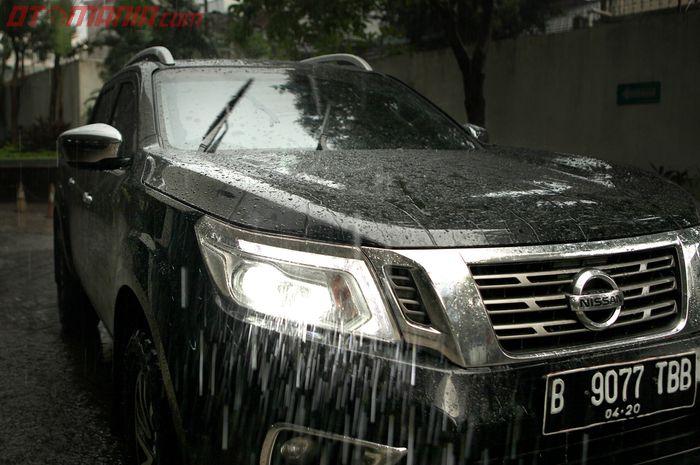 Ilustrasi mobil parkir yang terkena hujan
