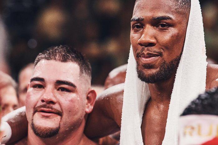 Anthony Joshua (kanan) berangkulan dengan Andy Ruiz Jr. (kiri) setelah keduanya berduel di Madison Square Garden, New York, Amerika Serikat pada Sabtu (1/6/2019) malam waktu setempat