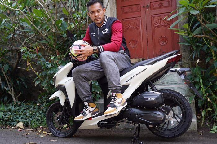 Kiper Persija, Andritany Ardhiyasa, terlihat sporty dengan jaket dari FIFASTRA.