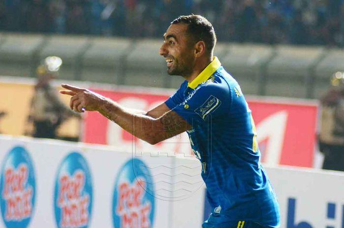 Gelandang Persib Bandung, Artur Gevorkyan, melakukan selebrasi setelah mencetak gol ke gawang Persipura Jayapura pada pekan pertama Liga 1 2019 di Stadion Si Jalak Harupat, Bandung, Sabtu (18/5/2019).