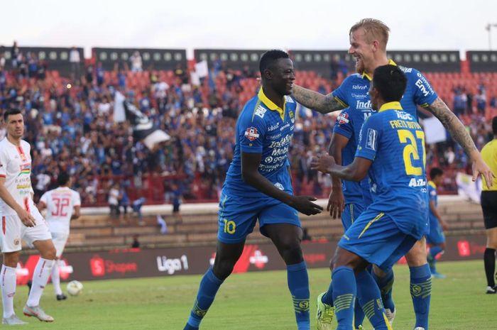 Para pemain Persib Bandung merayakan gol yang dicetak Ezechiel N'Douassel ke gawang Persija Jakarta dalam lanjutan Liga 1 2019 di Stadion Kapten I Wayan Dipta, Gianyar, Bali, Senin (28/10/2019).