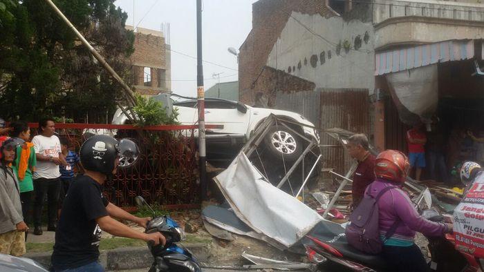 Kecelakaan lalulintas, Mobil Pajero Sport tambrak pengendara sepeda motor dan pagar Rumah Zakat