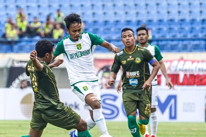 Gelandang Persebaya, Muhammad Hidayat, berebut bola dengan pemain Tira-Persikabo di Piala Presiden 2019.