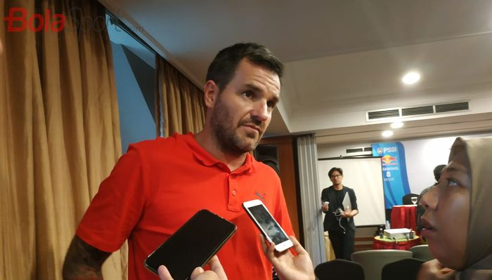 Pelatih timnas Indonesia, Simon McMenemy menjawab pertanyaan wartawan di Hotel century, Jakarta, Senin (15/4/2019).