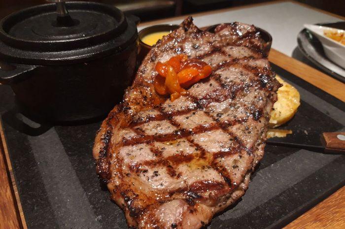 Nikmati makan steak yang dipanggang dengan arang