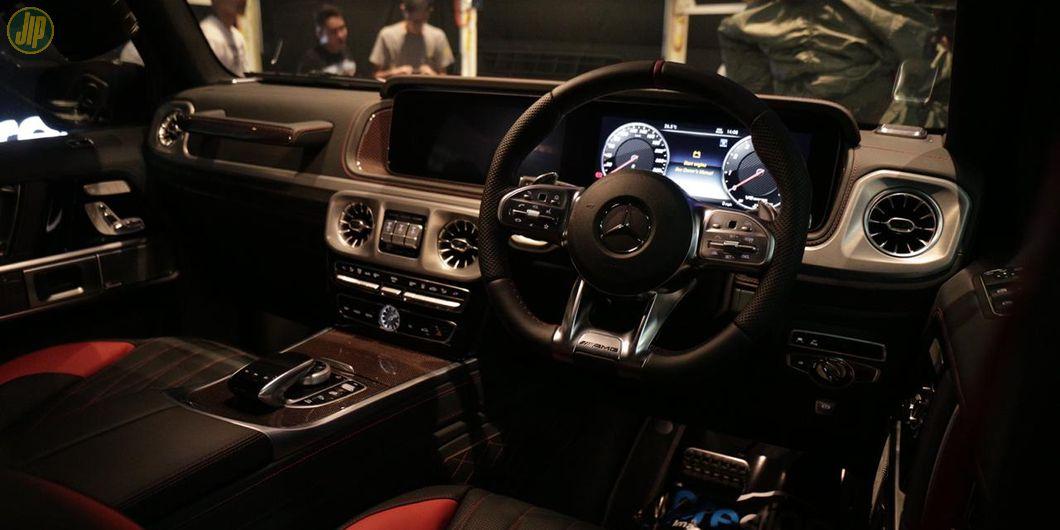 Aksen merah di interior G63 juga banyak disematkan