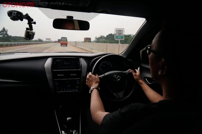 Ilustrasi mengemudi di jalur yang panjang, lurus, dan monoton