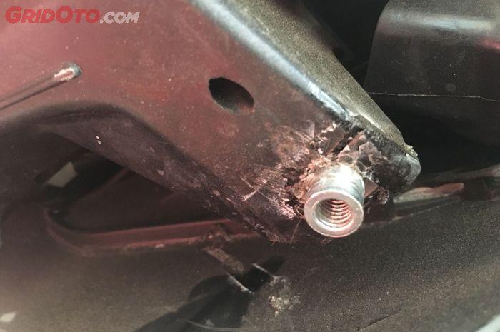 Baut windshield setelah disambung kembali dengan solder plastik