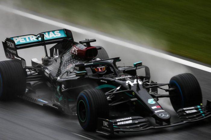Pembalap Mercedes, Lewis Hamilton, saat tampil pada sesi kualifikasi GP Styria 2020 di Red Bull Ring, Spielberg, Austria, Sabtu (11/7/2020).