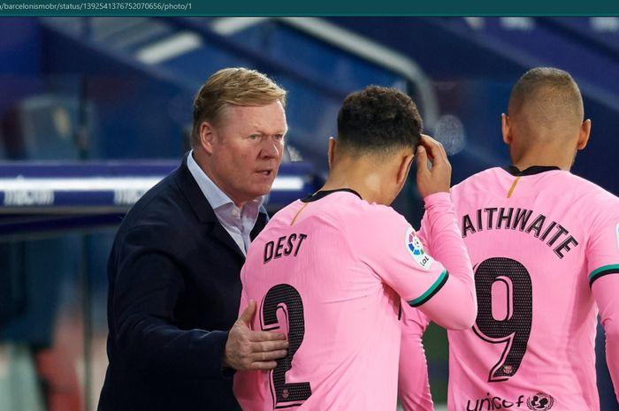 Momen Ronald Koeman bersama dua pemain Barcelona dalam laga melawan Levante.