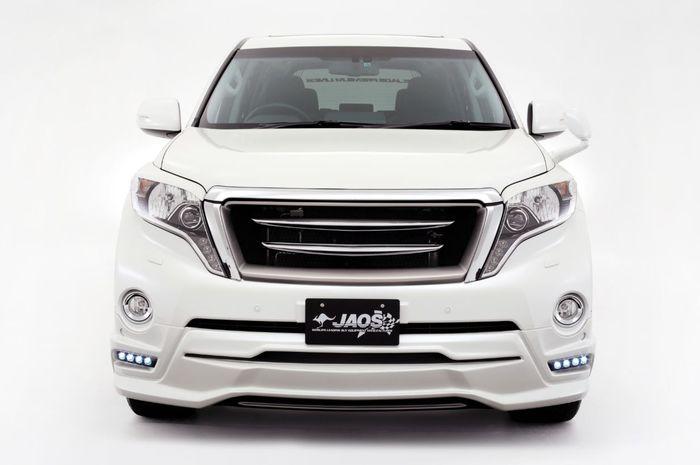 Fascia Toyota Land Cruiser Prado dengan gril horizontal