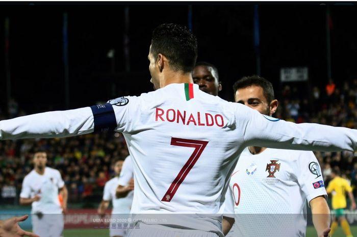 Cristiano Ronaldo merayakan golnya untuk timnas Portugal.