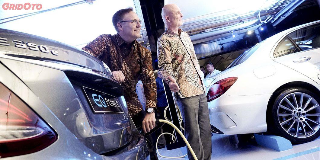 Roelof Lamberts, Presdir Mercedez -Benz Indonesia foto seremoni mengisi daya. Photo: Rianto Prasetyo
