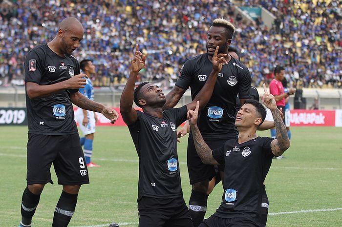 Pemain Tira Persikabo merayakan gol mereka ke gawang Persib Bandung dalam laga fase grup Piala Presiden 2019, Sabtu (2/3/2019), di Stadion Si Jalak Harupat, Bandung. Tira Persikabo menang 2-1 dalam laga ini.