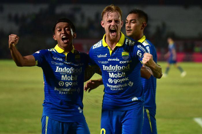 Pemain Persib Bandung merayakan gol yang dicetak oleh Kevin van Kippersluis ke gawang Persebaya Surabaya pada pekan ke-23 Liga 1 2019.