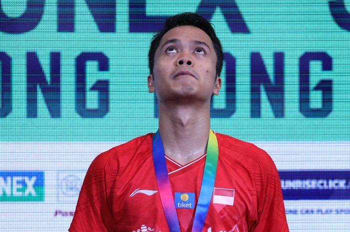 Anthony Sinisuka Ginting saat naik di podium runner-up tunggal putra Hong Kong Open 2019 yang dihelat di Hong Kong Coliseum, Hong Kong, Minggu (17/11/2019).