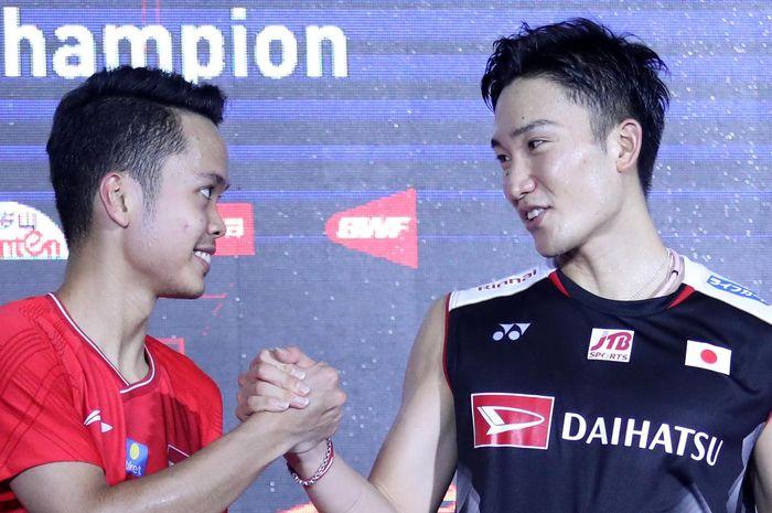 Anthony Sinisuka Ginting bersalaman dengan kento Momota (Jepang) di atas podium tunggal putra China Open 2019, di Olympic Sports Center Gymnasium, Changzhou, China, Minggu (22/9/2019).