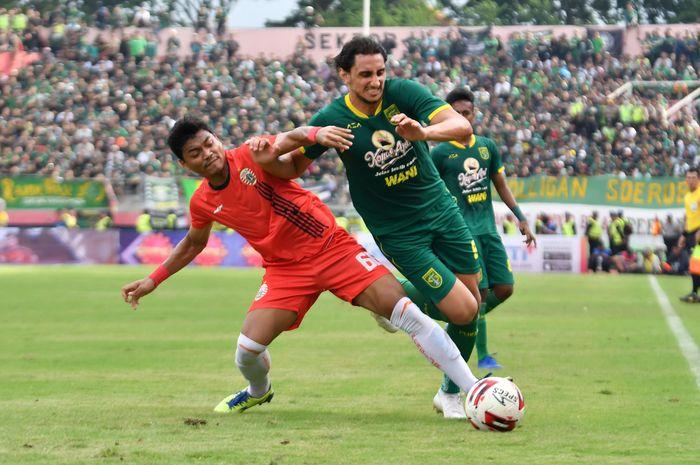 Pemain Persebaya Surabaya, Mahmoud Eid (kanan).