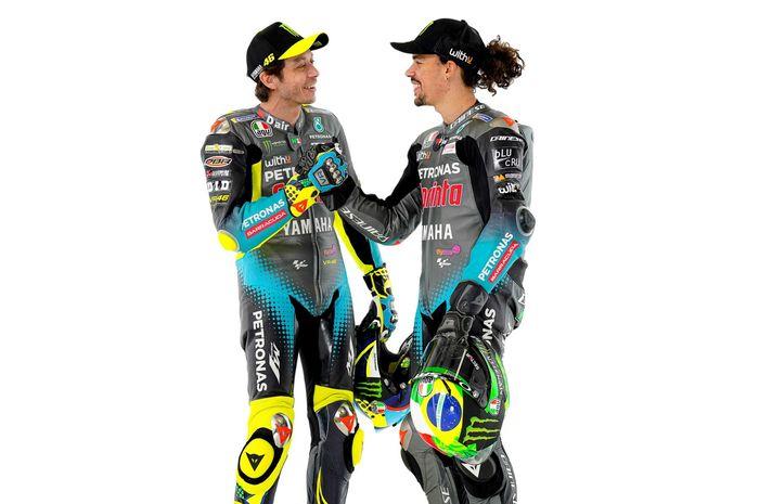 Franco Morbidelli (kanan) dan Valentino Rossi berpose untuk peluncuran tim Petronas Yamaha SRT pada MotoGP 2021.
