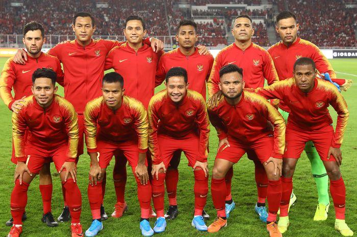 Pemain Timnas Indonesia berfoto bersama sebelum menghadapi Timnas Malaysia pada ajang kualifikasi Piala Dunia Qatar 2022 di Stadion Utama Gelora Bung Karno, Jakarta, Kamis (5/9/2019).