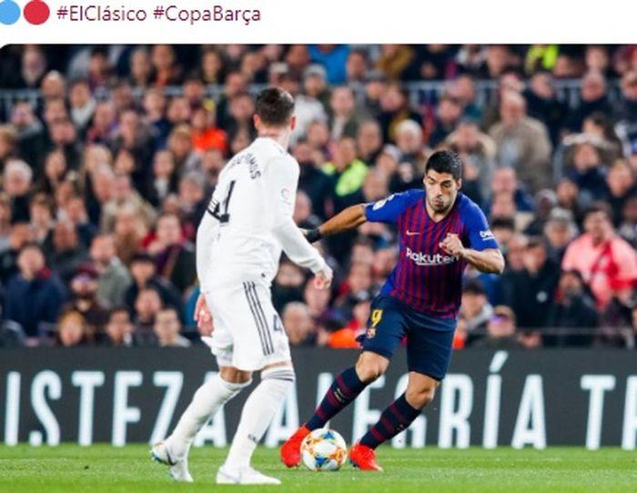 Penyerang Barcelona, Luis Suarez (kanan), berduel dengan bek Real Madrid, Sergio Ramos, dalam laga leg pertama semifinal Copa del Rey di Stadion Camp Nou, Rabu (6/2/2019).