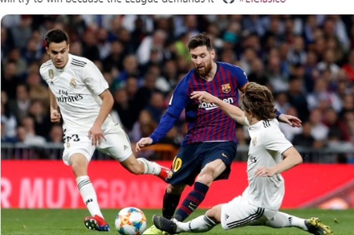 Megabintang Barcelona, Lionel Messi (tengah), berduel dengan geladang Real Madrid, Luka Modric (kanan).