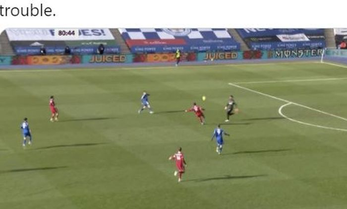 Kiper Liverpool, Alisson Becker, menendang bola ke arah Ozan Kabak dalam laga Liga Inggris kontra Leicester City di Stadion King Power, Sabtu (13/2/2021).