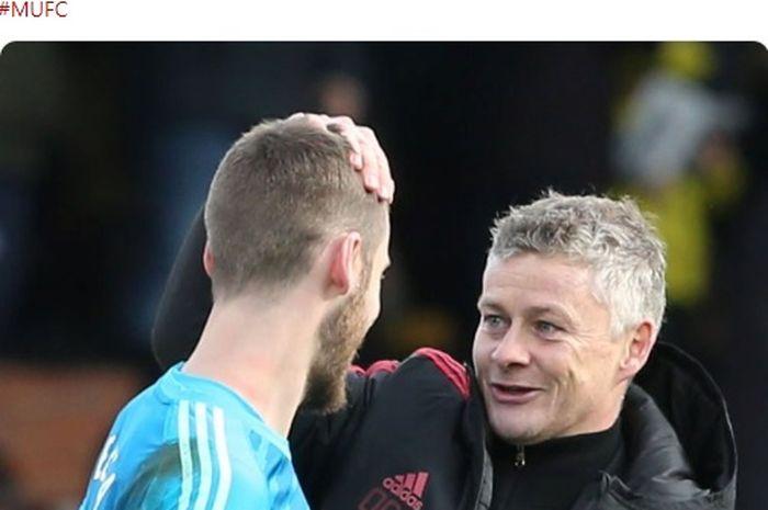 Pelatih interim Manchester United, Ole Gunnar Solskjaer (kanan), berbicara dengan kiper David de Gea.