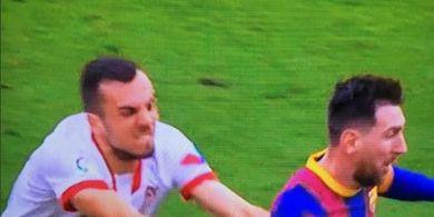 Lionel Messi Lari Kencang, Gelandang Sevilla Mau Curang Tangkap 2 Tangan Malah Oleng