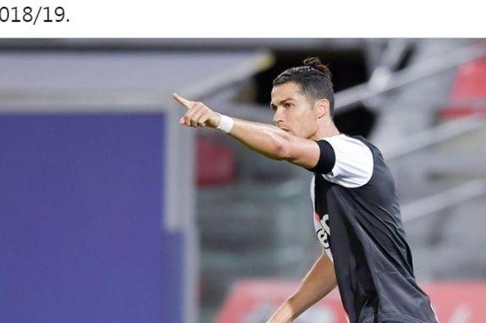Megabintang Juventus, Cristiano Ronaldo, mencetak gol yang membuat kiper Bologna minggir pada laga Liga Italia di Stadion Renato Dall'Ara, Senin (22/6/2020).