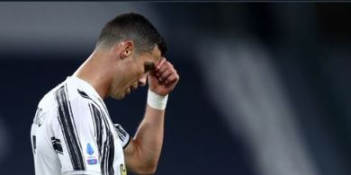 Dipaksa Menyingkir, Ronaldo Nonton dari Pinggir Lapangan Sambil Memble