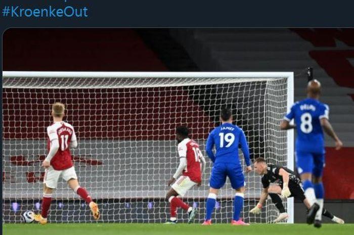 Kiper Arsenal, Bernd Leno, melakukan gol bunuh diri dalam laga Liga Inggris versus Everton, 23 April 2021.