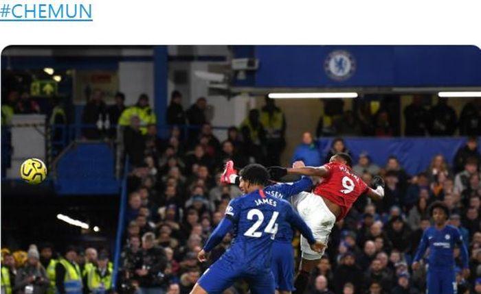 Penyerang Manchester United, Anthony Martial, mencetak gol ke gawang Chelsea dalam laga Liga Inggris di Stadion Stamford Bridge, Senin (17/2/2020).