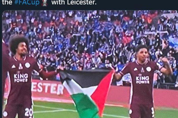 Hamza Choudhury (kiri) dan Wesley Fofana membentangkan bendera Palestina dalam perayaan gelar Piala FA Leicester City, 15 Mei 2021.