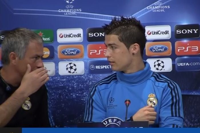 Pelatih Real Madrid, Jose Mourinho, berbicara dengan Cristiano Ronaldo.