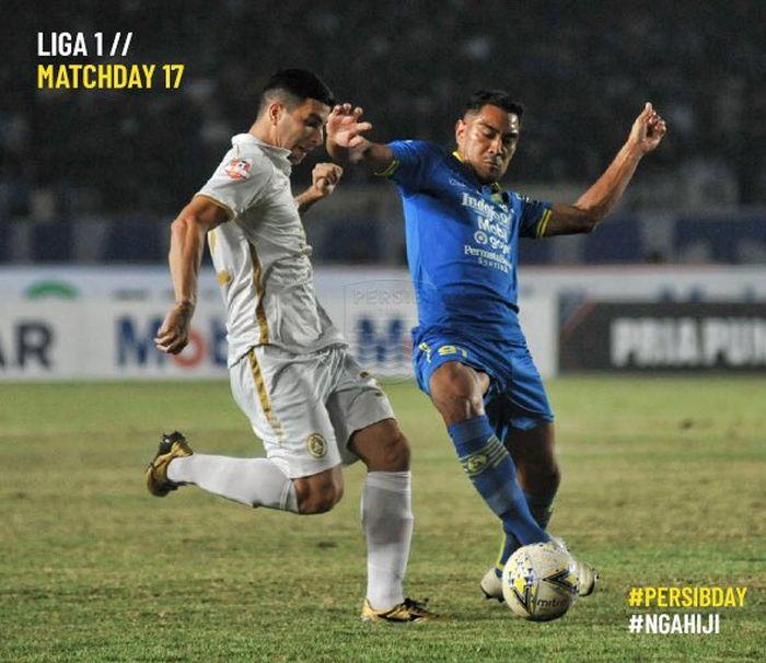 Aksi pemain Persib Bandung, Omid Nazari (kanan), mengahalau bola dari kaki gelandang PSS, Brian Ferreira (kiri), pada laga pekan ke-17 Liga 1 2019 di Stadion Si Jalak Harupat, Soreang, Kabupaten Bandung, Jumat (30/8/2019).