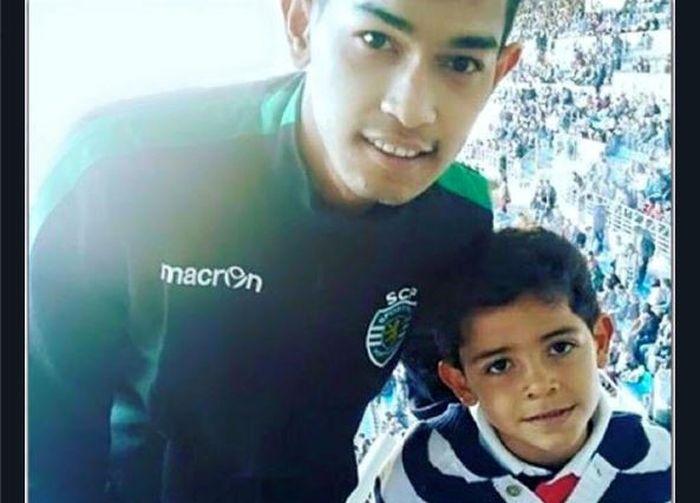 Martunis (kiri) berpose dengan anak Cristiano Ronaldo, Cristiano Ronaldo Junior.