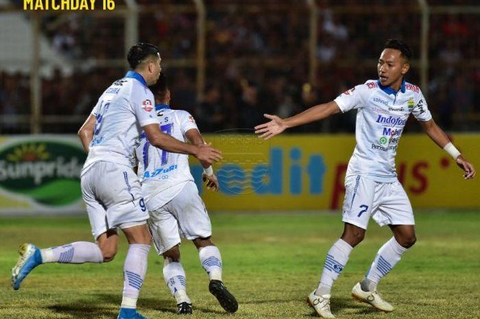 Para pemain Persib merayakan gol yang dicetak ke gawang Perseru Badak Lampung pada pekan ke-16 Liga 1 2019 di Stadion Sumpah Pemuda, Minggu (25/8/2019).