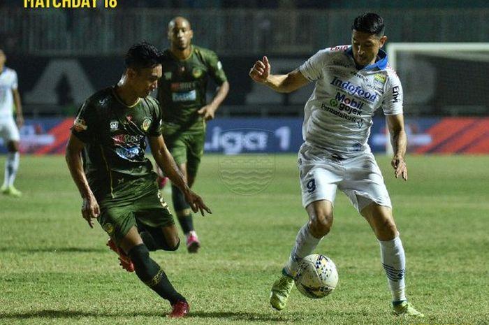 Pemain Persib Bandung, Esteban Vizcarra (kanan), berduel dengan pemain PS Tira-Persikabo, Munadi (kiri), pada partai pekan ke-18 Liga 1 2019 di Stadion Pakansari, Cibinong, Bogor, Selasa (14/9/2019).