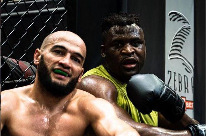 Potret dua jagoan UFC, Albert Duraev (kiri), dan Francis Ngannou (kanan) di sela-sela latihan.