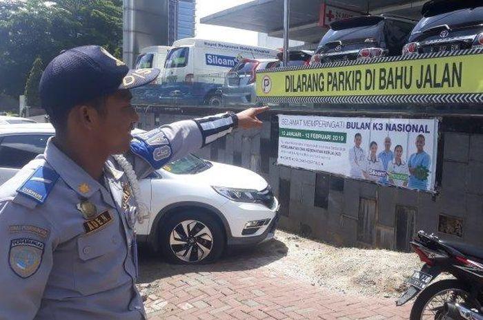 Sejumlah mobil dan motor yang parkir sembarangan ditertibkan oleh petugas dishub di Cilandak, Jakarta Selatan pada Senin (11/2/2019).
