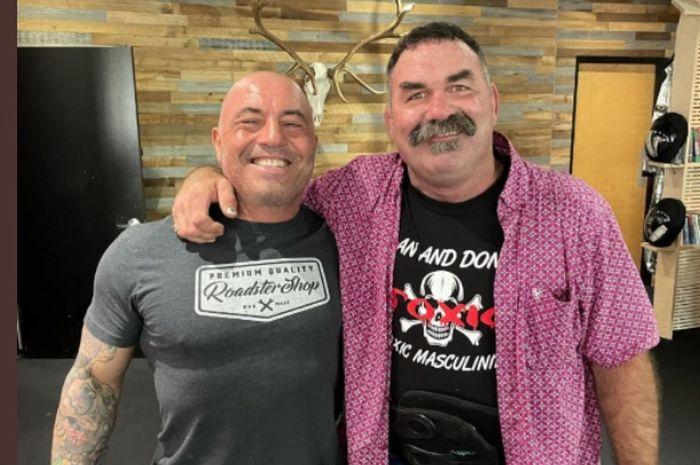 Legenda kelas berat UFC Don Frye (Kanan) menghadiri acara podcast milik komentator UFC, Joe Rogan (Kiri)