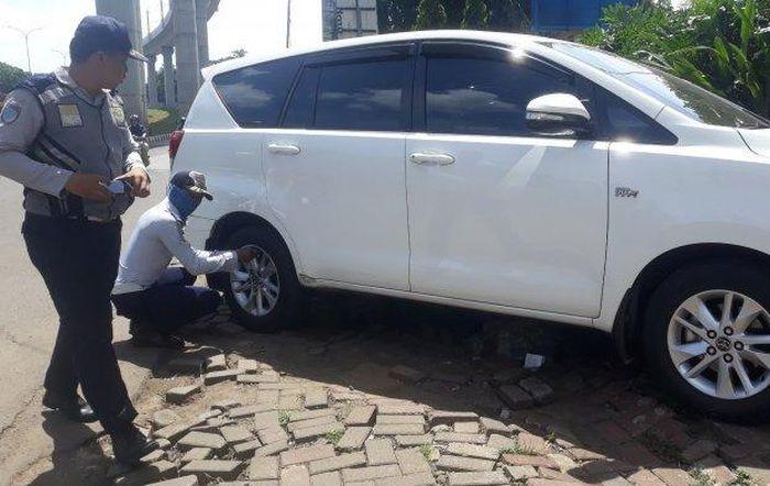 Petugas melakukan OCP terhadap salah satu mobil yang parkir sembarangan
