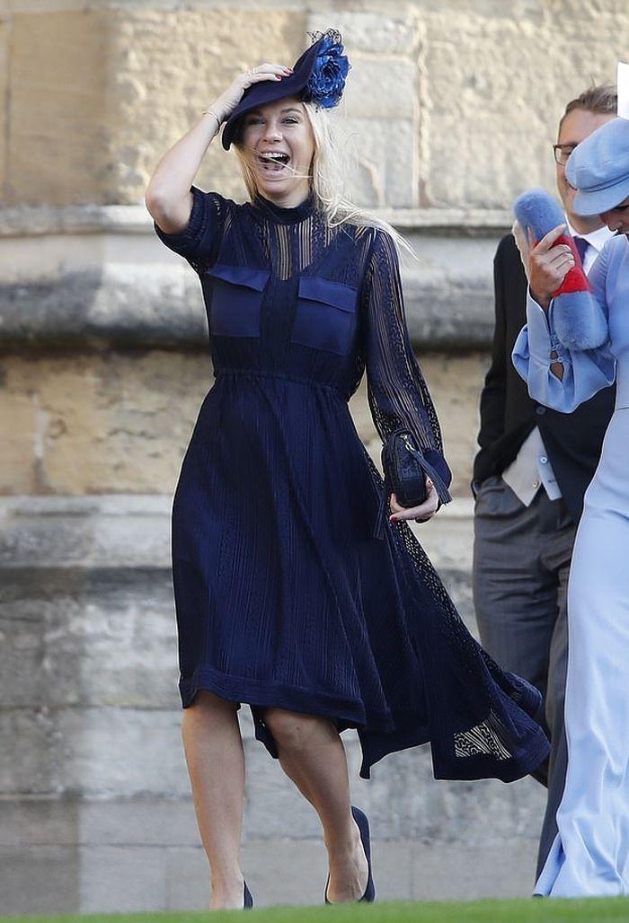 Chelsy Davy Tampil Anggun Saat Menghadiri Pernikahan Princess Eugenie dan Jack Brooksbank