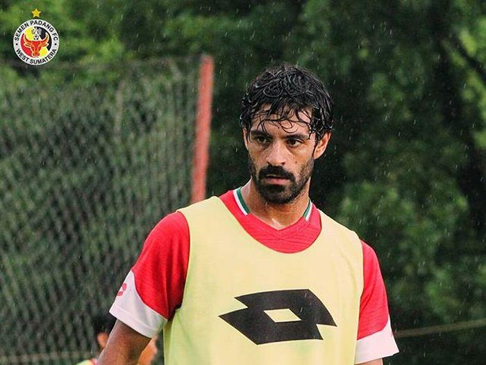 Pemain Semen Padang, Jose Sardon, saat menjalani sesi latihan persiapan Liga 1 2019.