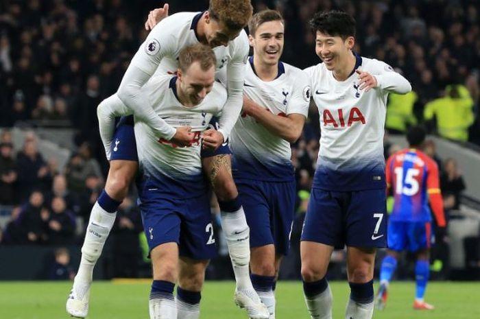 Para pemain Tottenham Hotspur merayakan gol yang dicetak oleh Christian Eriksen (kiri) dalam laga Liga Inggris melawan Crystal Palace di Tottenham Hotspur Stadium, Rabu (3/4/2019).