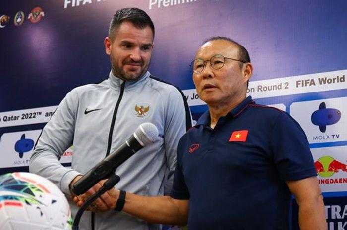 Eks pelatih timnas Indonesia, Simon McMenemy, bersama pelatih timnas Vietnam, Park Hang-seo dalam sesi jumpa pers jelang melawan Indonesia dalam lanjutan Kualifikasi Piala Dunia 2022 di Maya, Sanur, Bali, Senin (14/10/2019).