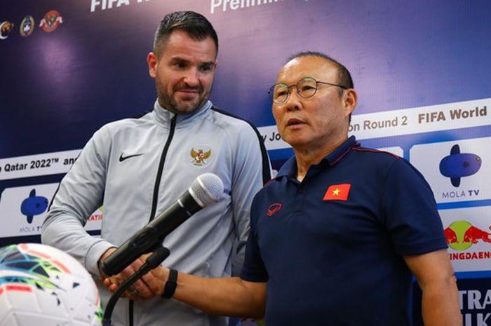 Pelatih timnas Indonesia, Simon McMenemy, bersama pelatih timnas Vietnam, Park Hang-seo dalam sesi jumpa pers jelang melawan Indonesia dalam lanjutan Kualifikasi Piala Dunia 2022 di Maya, Sanur, Bali, Senin (14/10/2019).