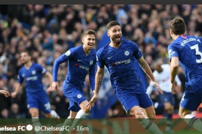 Striker Chelsea, Olivier Giroud, berselebrasi seusai menjebol gawang Tottenham Hotspur di Stamford Bridge, Sabtu  (22/2/2020).